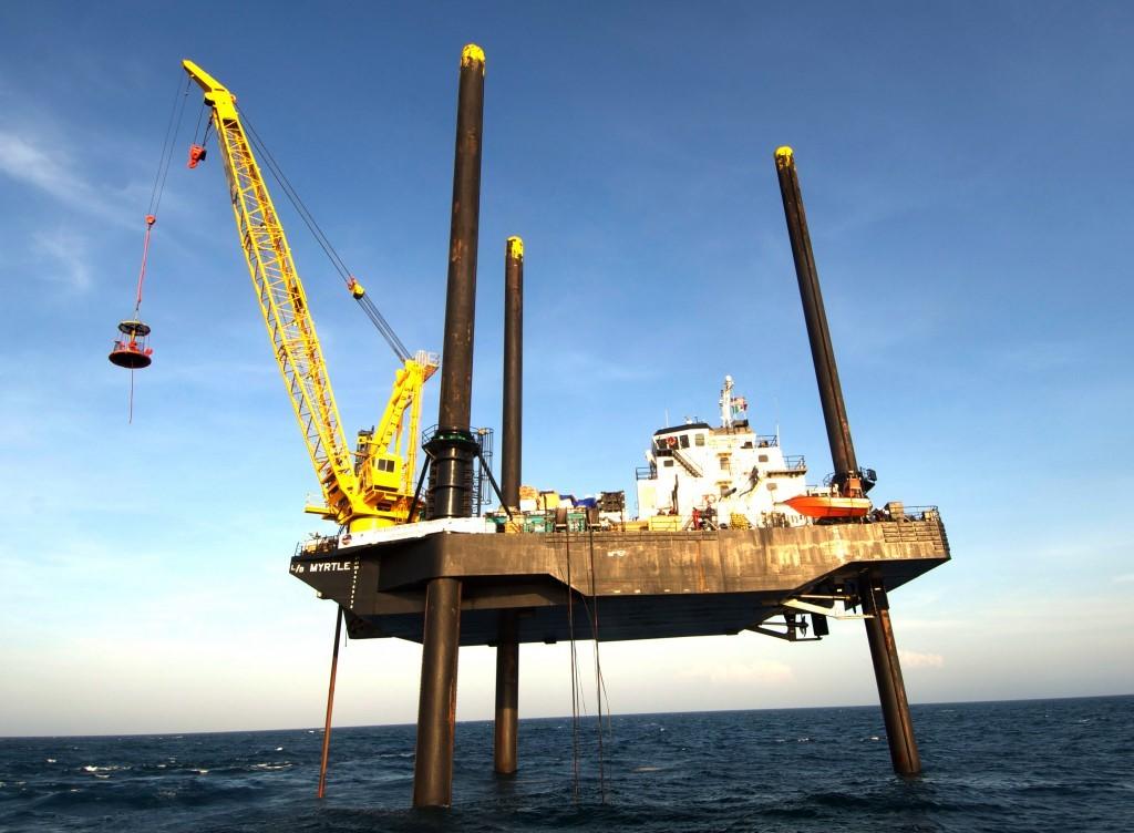 Imagen: buque Myrtle apoyado sobre tres pilares sujetos al fondo marino frente la Península de Yucatán.