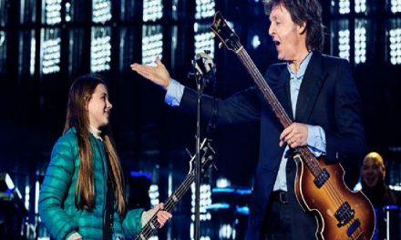 """¡Niña cumple su sueño! y toca """"Get Back"""" al lado de su ídolo Paul McCartney"""