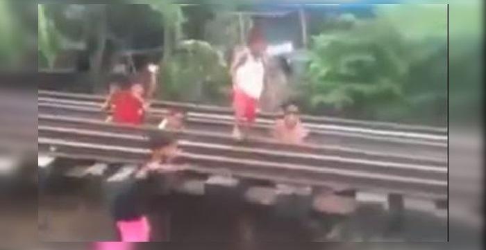 """Pequeños desafían al tren en un """"juego"""" de vida o muerte"""