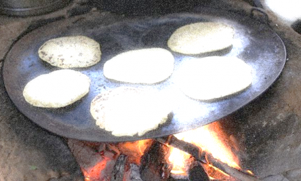 Tortillas a mano en comal y leña