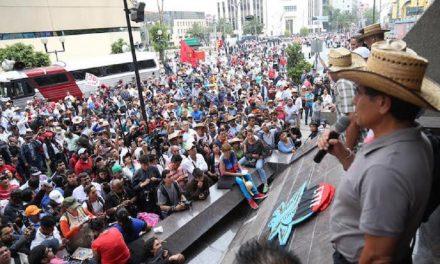 Miles marchan rumbo al Zócalo en la CDMX previo a Grito