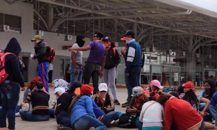 Normalistas bloquean terminal de autobuses en Oaxaca