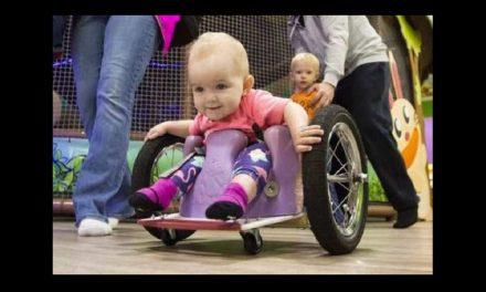 Bebita víctima del cáncer anda en silla de ruedas ¡Y nada la detiene!