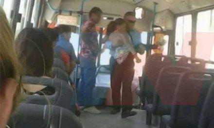 Marcelo, el chofer que carga a una mujer con discapacidad para que pueda viajar en su autobús