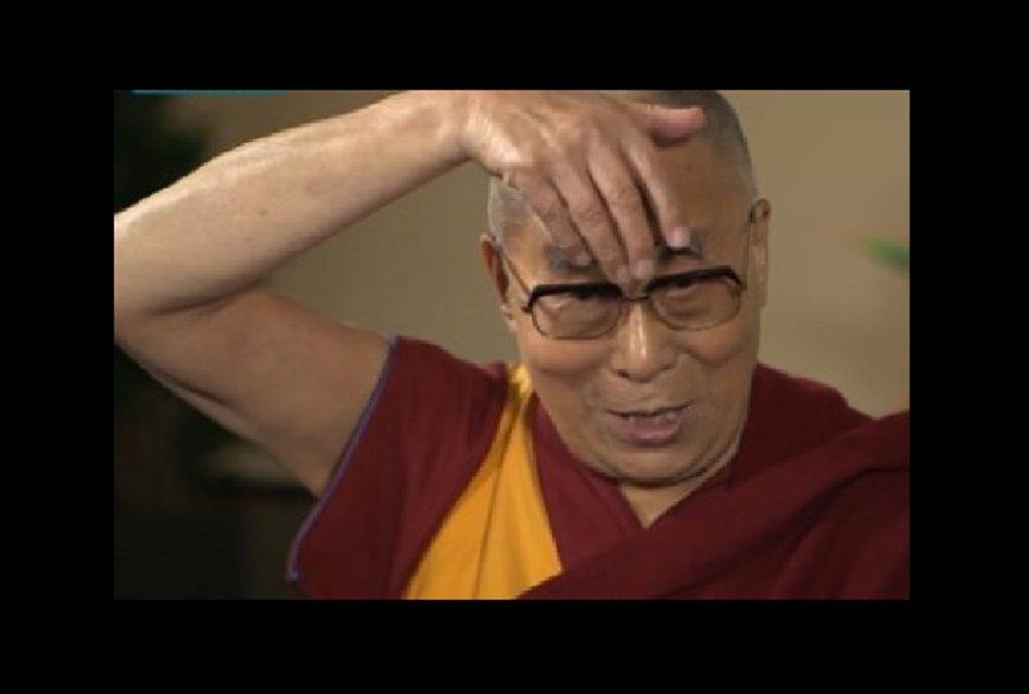 El Dalai Lama se pitorrea de Donald Trump… ¡Y lo imita!