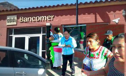 Mujeres indígenas regresan dinero que banco les dio de más ¡Gerente amenazó con acusarlas de robo!