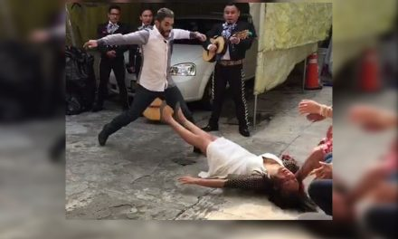 Le proponen matrimonio y ella termina en el suelo desmayada ¡Echen paja! (VIDEO)