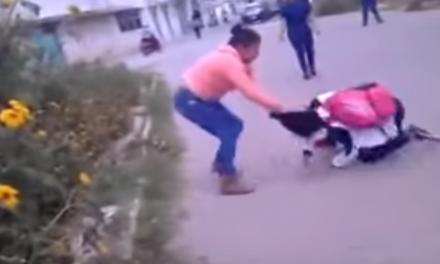 Mamá golpea y arrastra a una estudiante porque agredió a su hija