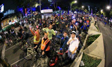 """Con éxito concluye """"Noche de Muertos en Bicicleta"""" CDMX al reunir a 135 mil personas"""