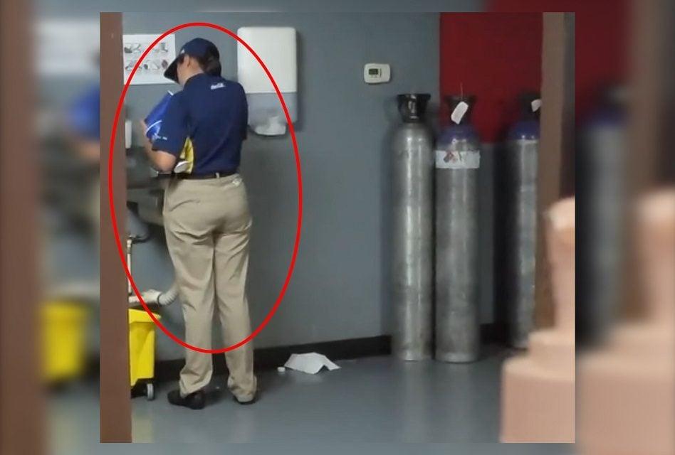Graban a empleada de Cinépolis lavando vasos de refresco ¿Para reutilizarlos?  ¡WTF!