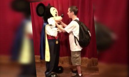 Joven invidente rompe en llanto al conocer por primera vez a Mickey Mouse