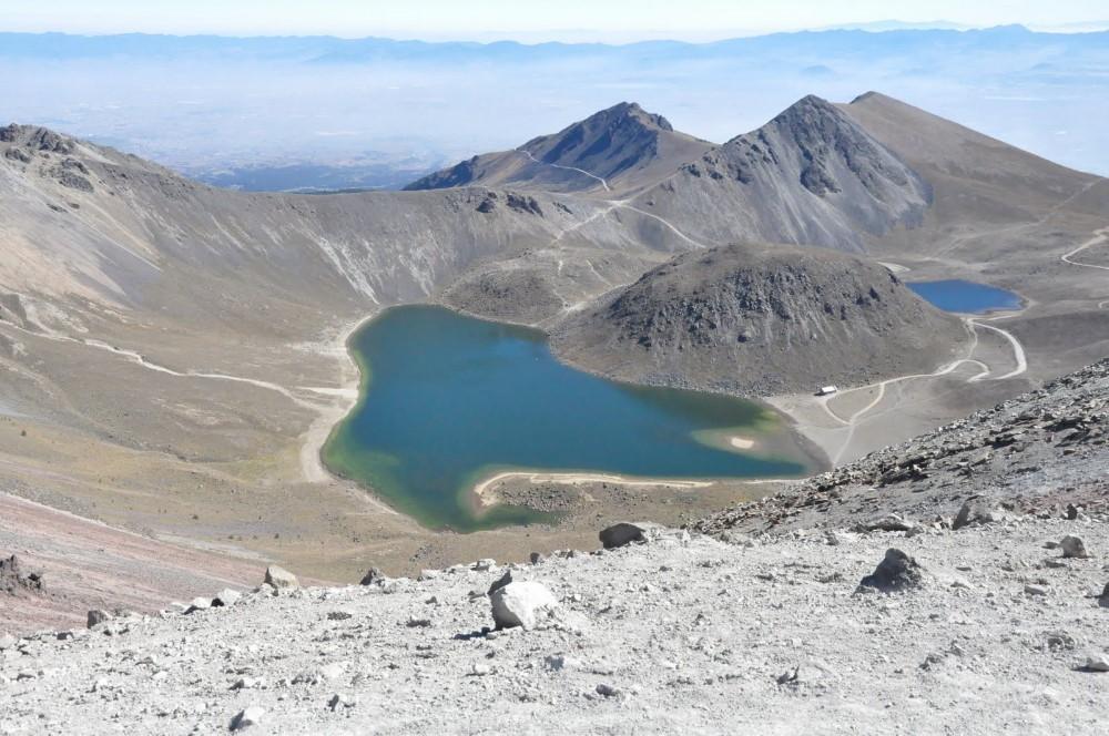 Foto: cráter del Xinantécatl con un domo de lava antiguo que separa el lago del Sol y de la Luna.