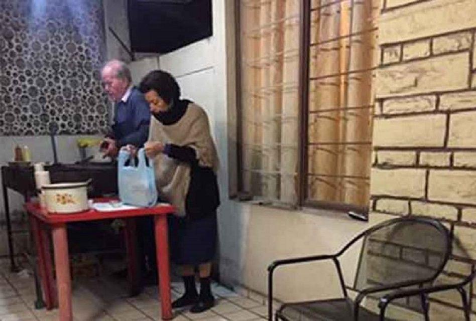 Hermosos abuelos de Monterrey venden hamburguesas para vivir ¡Vamos por unas!