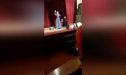 Bailarín cae muerto en escena; público aplaude creyendo que actuaba (Video)