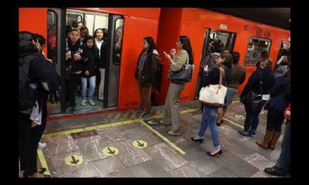 Usuarios de Metro se forman para ingresar a vagones