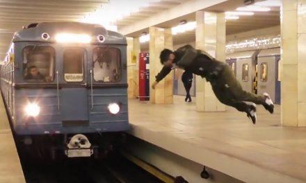 Retando a la muerte… Joven intenta ganarle a tren del metro ¡con voltereta mortal!