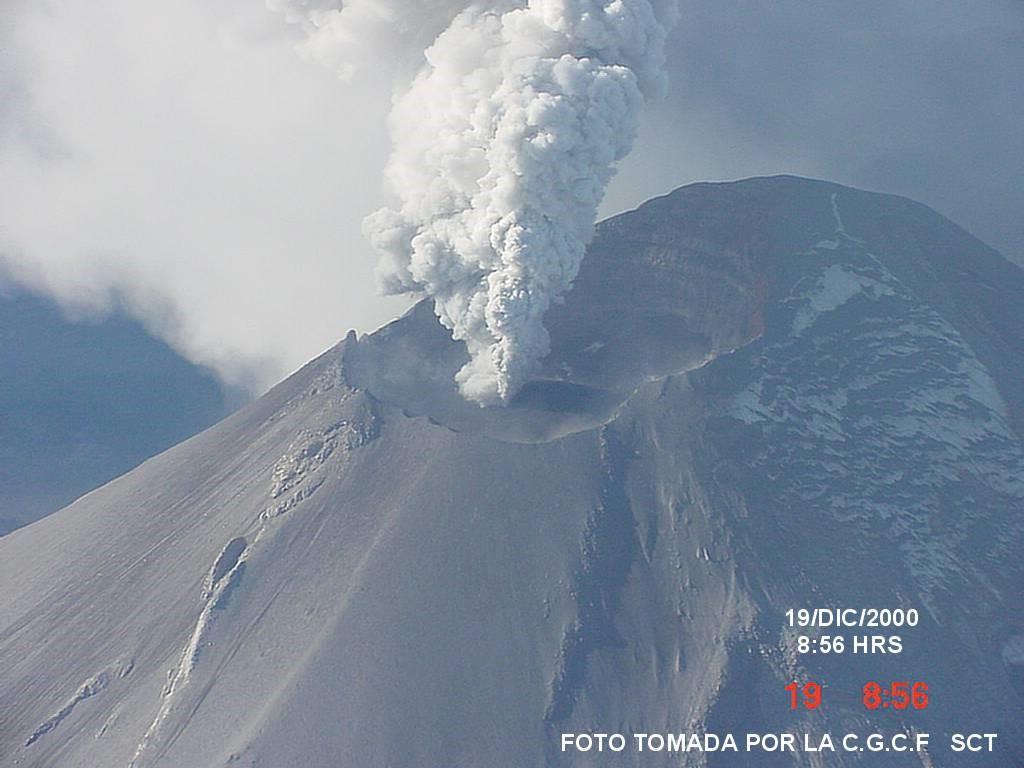Imagen: domo de lava del Popocatépetl durante diciembre de 2000. Aproximadamente 500 metros  de diámetro por 80 metros de espesor.