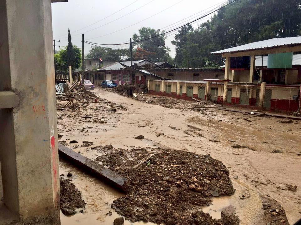 """Imagen: calles de la Sierra Norte de Puebla llenas de lodo y escombros arrastrados por las lluvias torrenciales dejadas por la tormenta tropical """"Earl""""."""