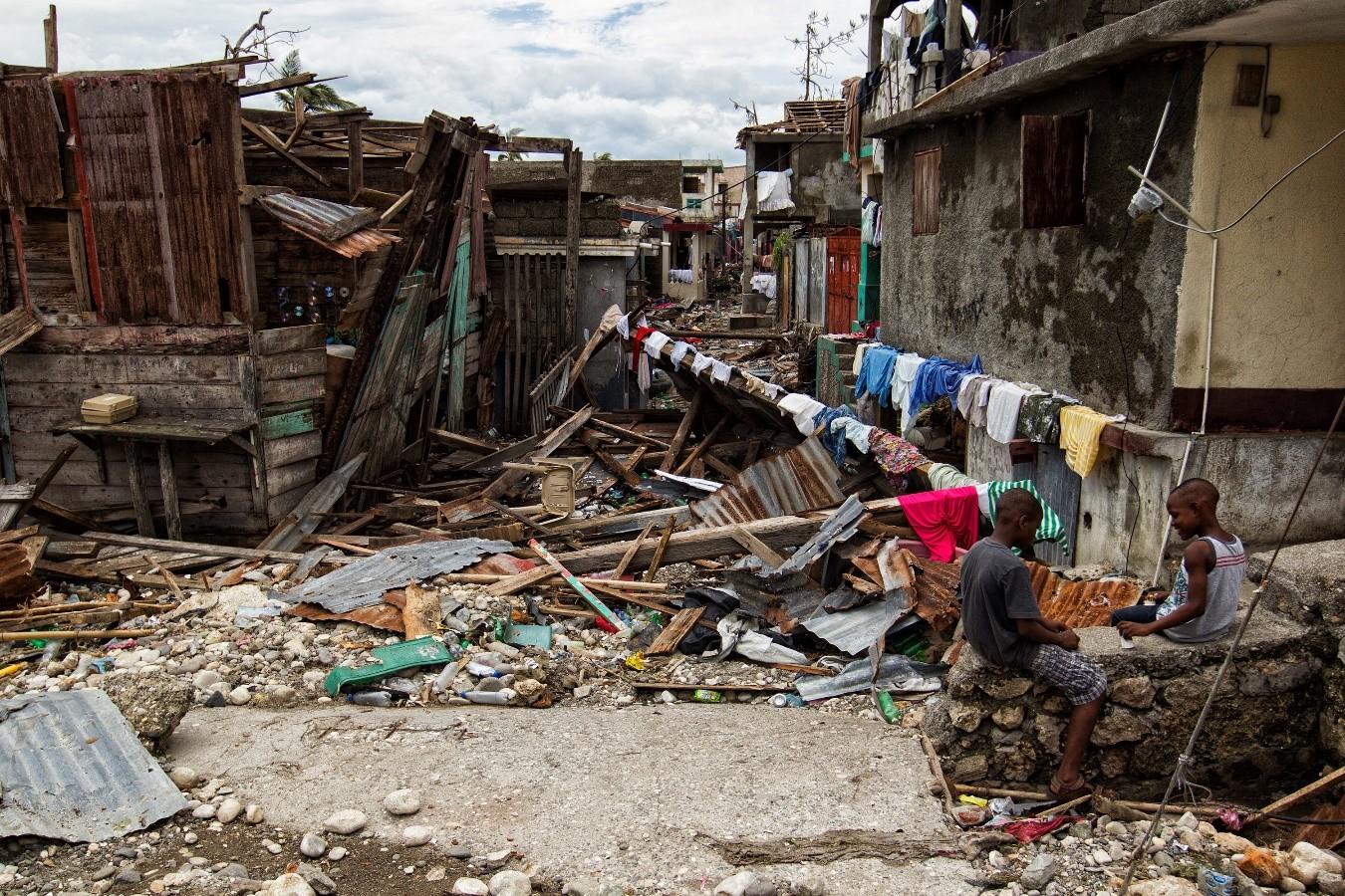 """Imagen: gran devastación por los fuertes vientos del huracán """"Matthew"""" en la costa occidental de Haití. Niños y adultos mayores siempre son los grupos más afectados."""