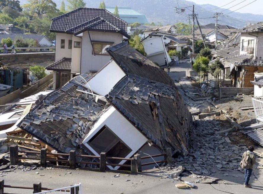 Imagen: casas destruidas por el intenso sismo al sur de Japón. El terremoto tuvo su epicentro muy cerca de zonas pobladas y con foco relativamente superficial (10 km).