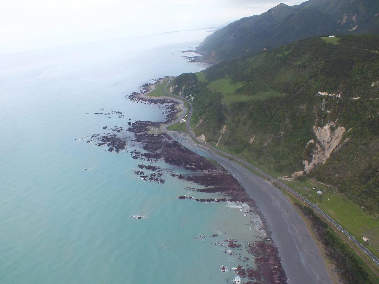 Imagen: lecho marino expuesto por levantamiento de la zona costera de Kaikoura, Nueva Zelanda.