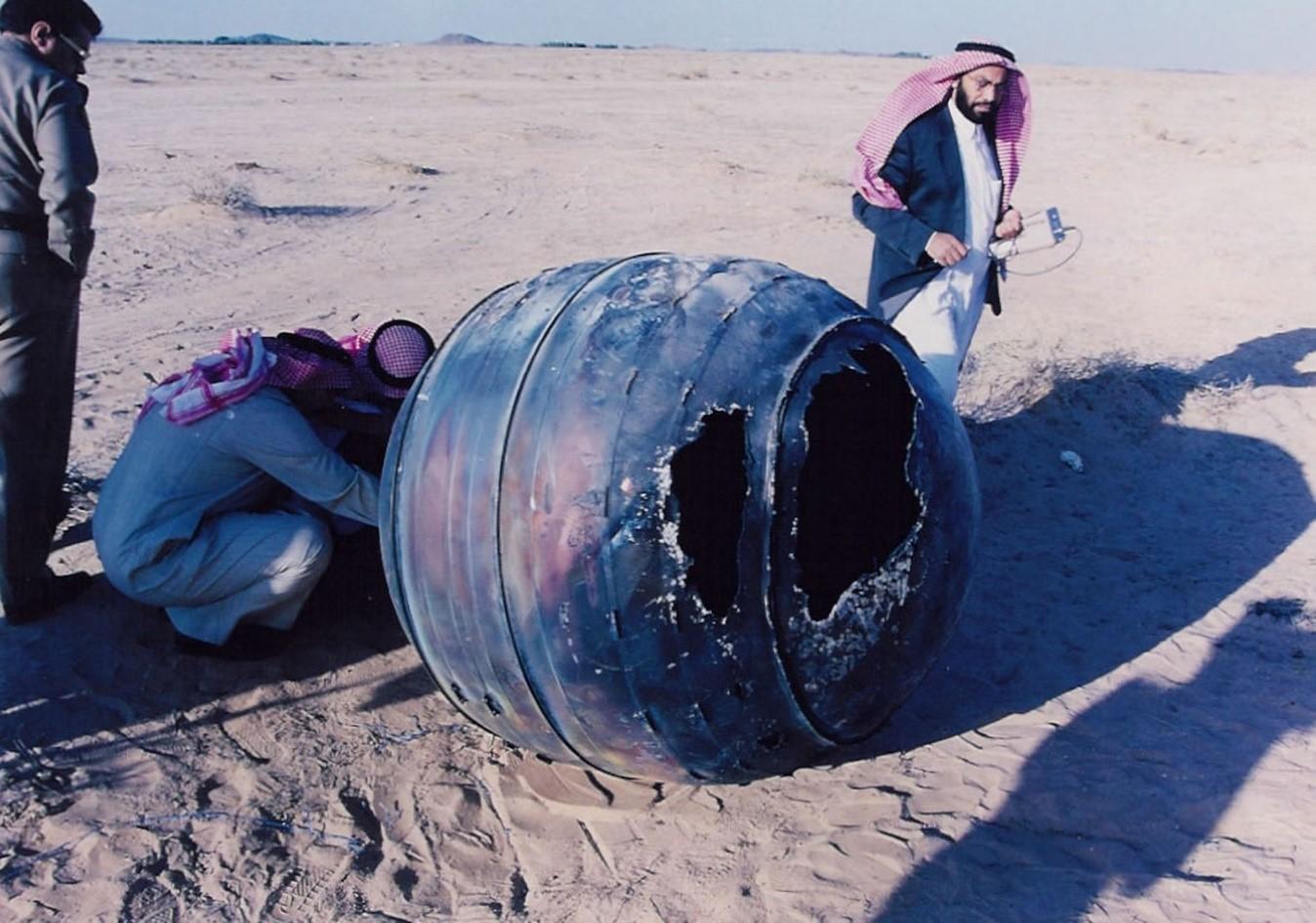 Imagen: Motor de un cohete Delta cayó en Arabia Saudita el 21 de enero de 2001.
