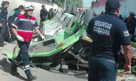 Microbús cae desde puente en Ecatepec, tres muertos