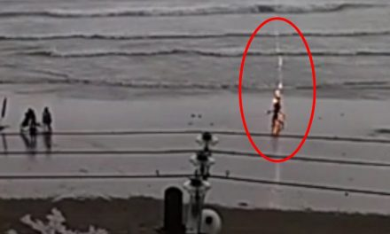 A mujer le cae rayo mientras paseaba en la playa y se incendia ¿Tú pensabas que tenías mala suerte?