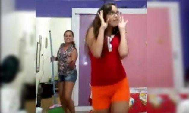 Hija se graba bailando ¡Llega la mamá con escoba y le pone el ejemplo!