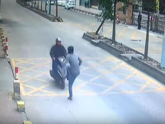 """VIDEO   Con """"patada voladora"""" recupera el teléfono que le habían robado"""