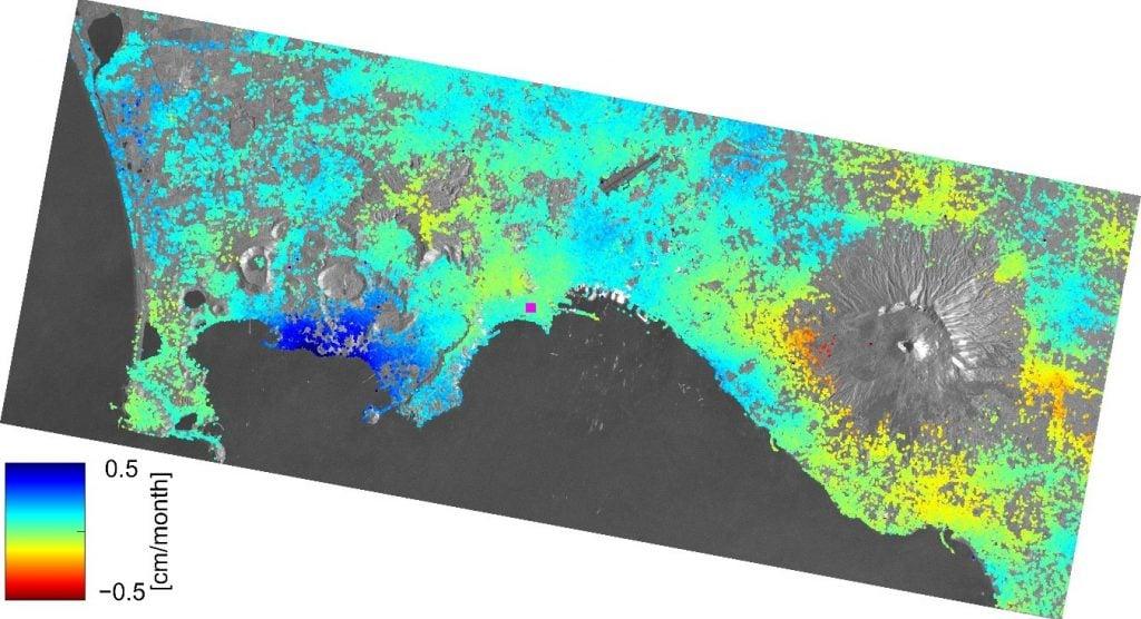 Imagen: satélite Sentinel-1 (ESA) registró elevación del terreno (zonas en azul oscuro a la izquierda) de hasta .5 cm al mes durante 2015.
