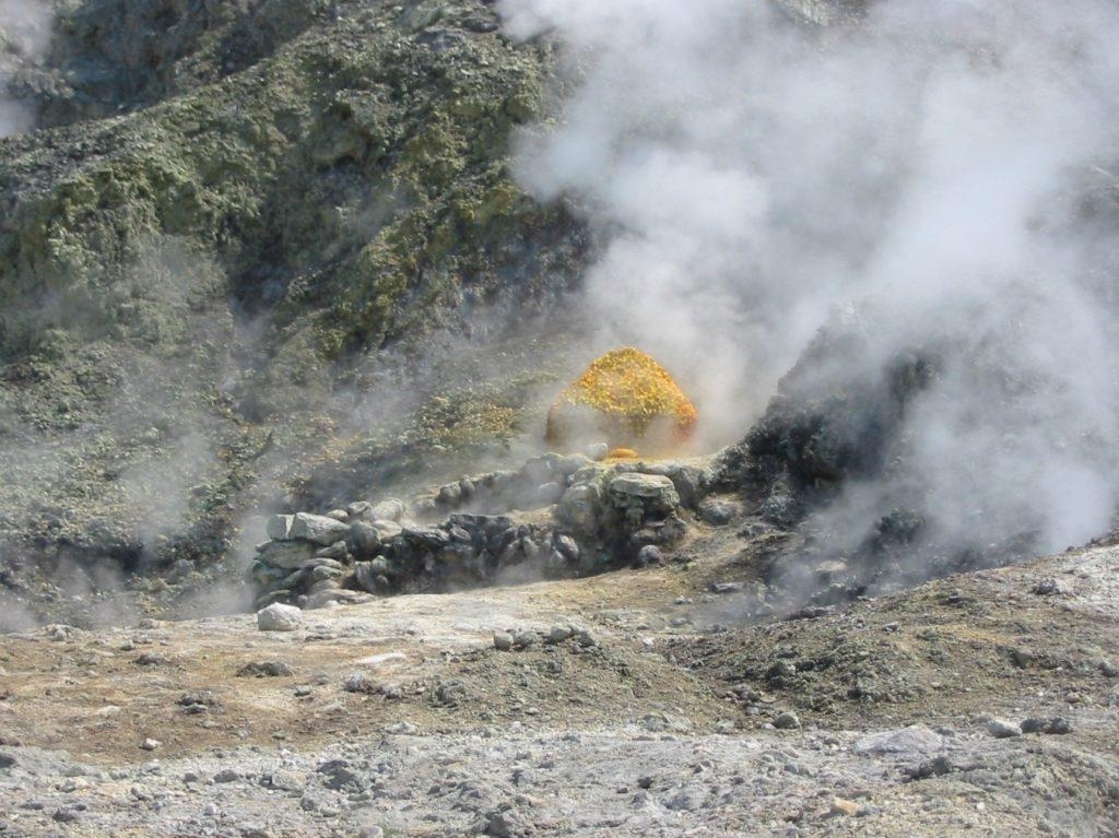 """Imagen: emanación de vapor de agua y compuestos de azufre en el centro eruptivo llamado """"Solfatara""""."""