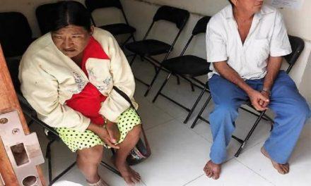 Obligan a dos campesinos entrar descalzos a oficina de gobierno