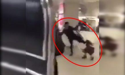 ¡Indignante! mamá encolerizada patea a su hijita en la cabeza