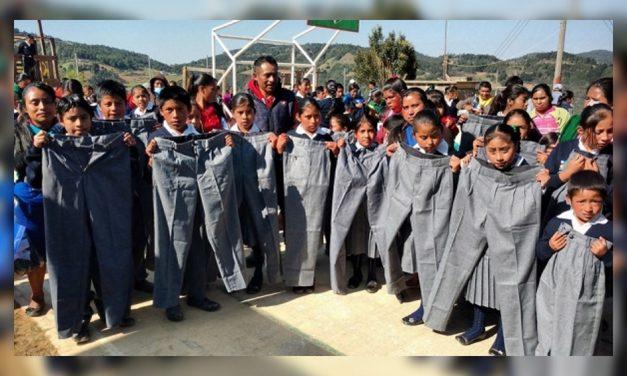 Entregan uniformes a niños de primaria ¡Tallas para adultos!