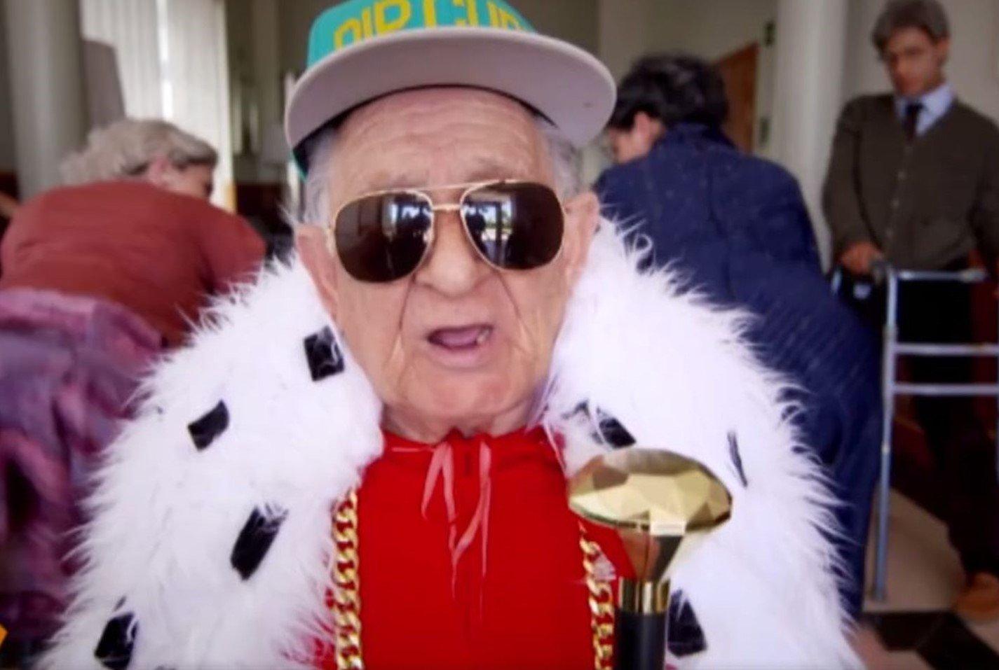 Abuelo explica cómo hacer canciones de reguetón en 30 segundos