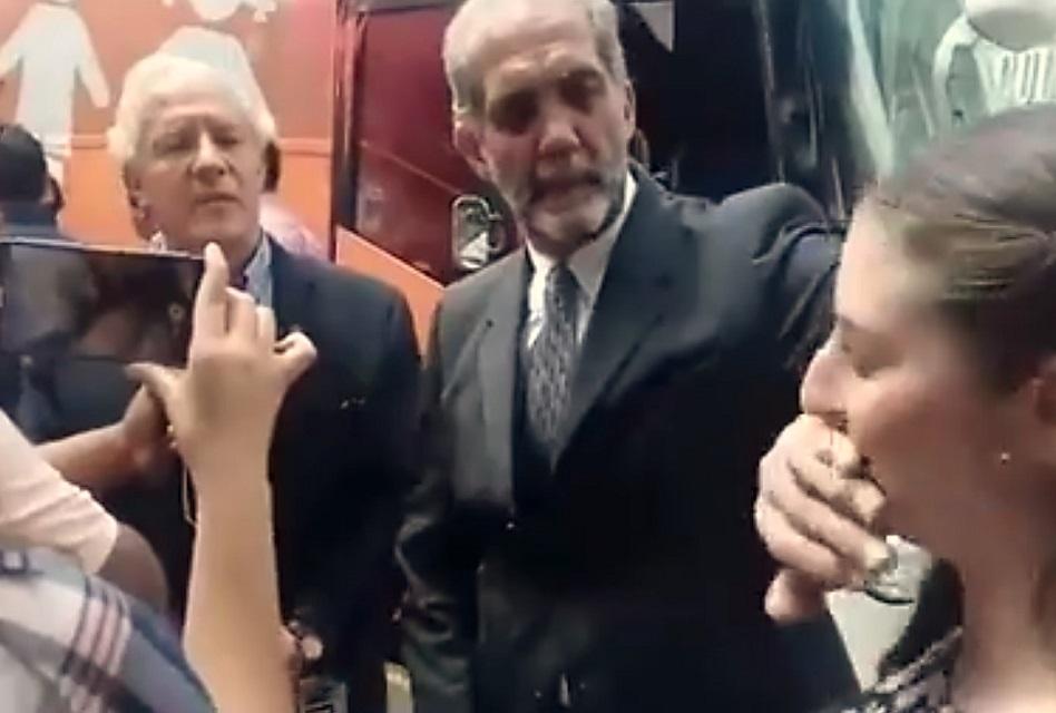 Presidente de ONG tapa la boca a mujer que lo cuestiona