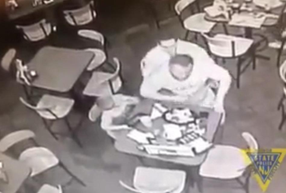 Policía salva a un hombre a punto de morir atragantado