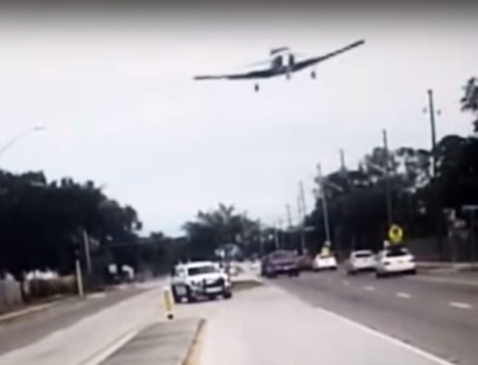 El aterrizaje de película de una avioneta en una autopista de EEUU