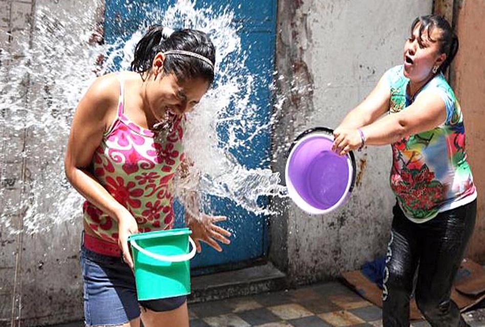 Se sentían en la gloria desperdiciando agua… los detienen