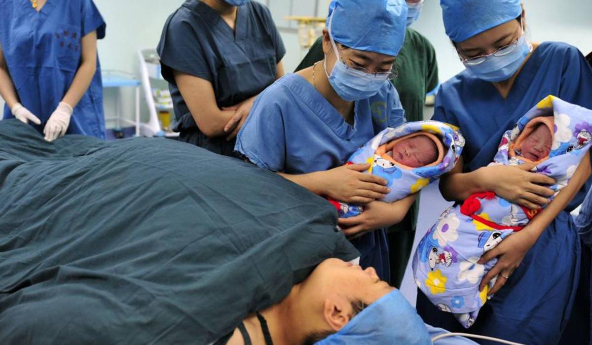 Mujer da a luz a gemelos de distinto padre