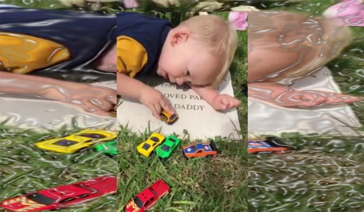 Niño juega en la tumba del papá