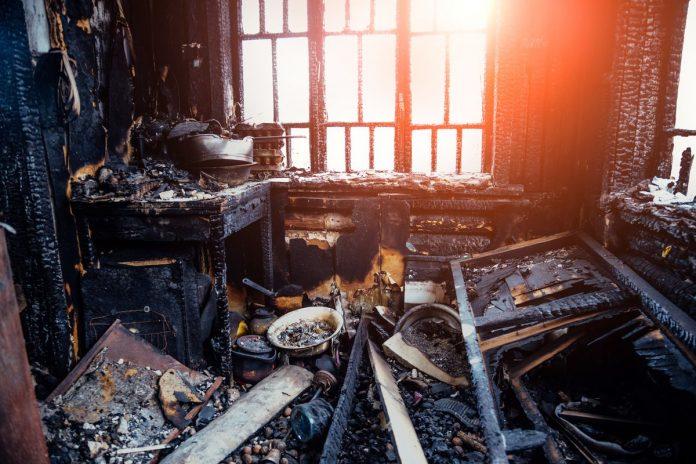 La joven tomó una siesta luego de quemar las cartas de amor, cuando despertó, su casa ardía. Imagen ilustrativa