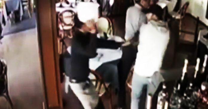 Un mesero usa un plato para enfrentar a asaltante en restaurante de Guadalajara