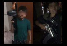 """FOTO: Los dos menores, identificados como """"Chucky"""" y """"Perú"""", portan armas de grueso calibre. (Noticieros Televisa)"""